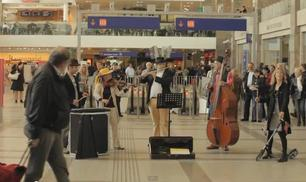 Vienna, all'improvviso alla stazione...