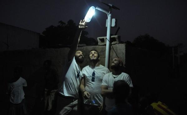 Gli italiani che portano l illuminazione ecologica a chi è al buio