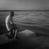 uomo-seduto-al-molo