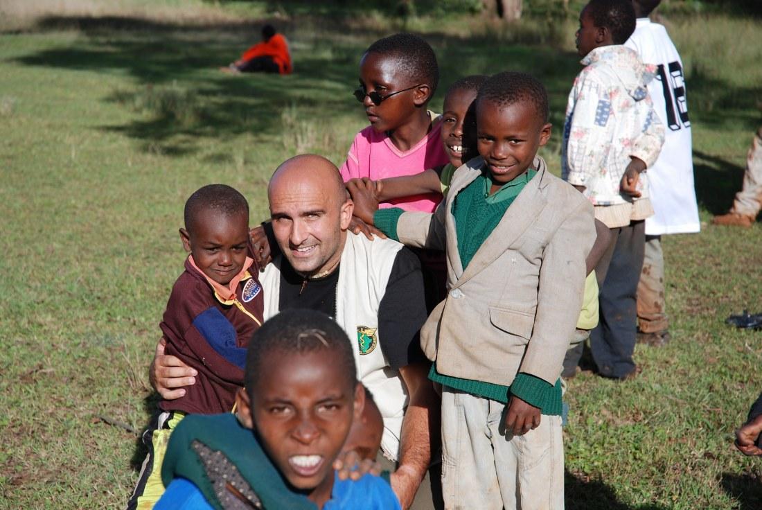 Francesco Gambella con i bambini di strada di Nairobi