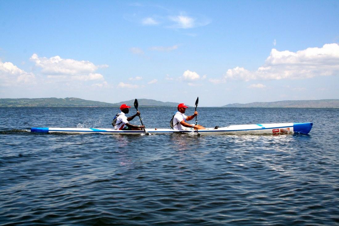 Francesco Gambella con Vincent Oundoh sul Lago Vittoria