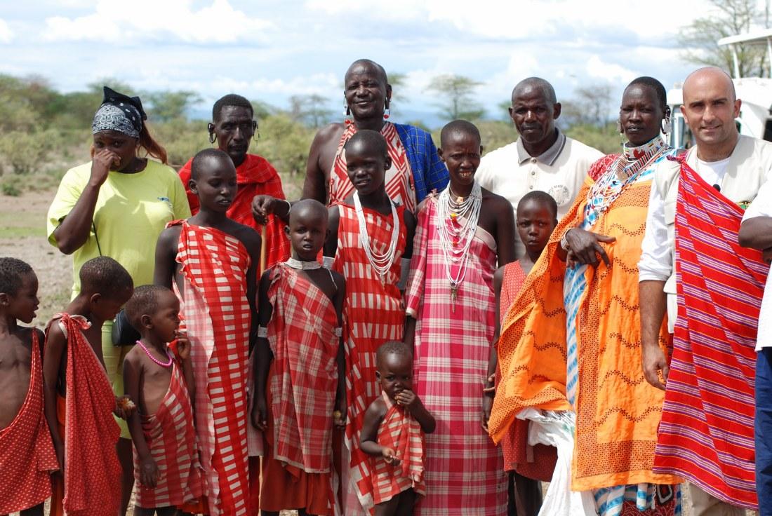 Francesco Gambella con un gruppo di Masai (Kenya)