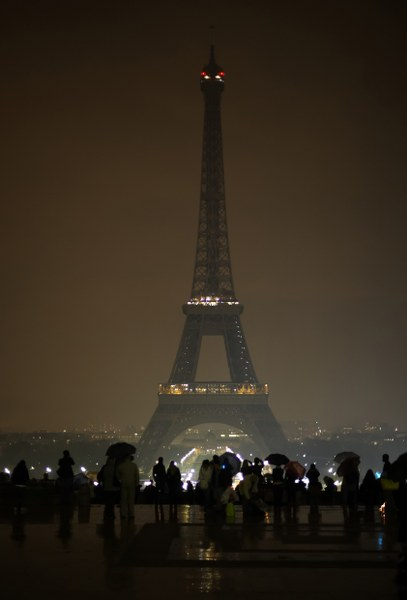Le luci della Tour Eiffel spente per L'ora della Terra. ©Wwf