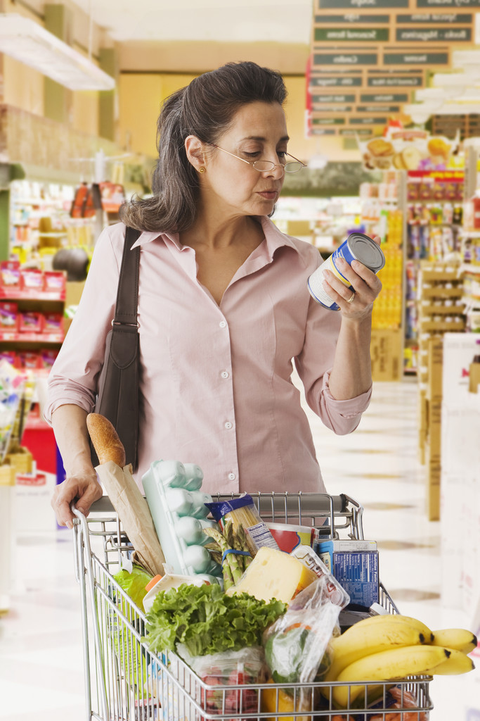 Woman shopping in grocery store, ph: Jose Luis Pelaez, Inc./Blend Images/Corbis