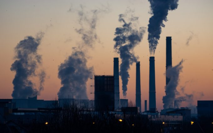 Riscaldamento globale e gas serra: ciminiere di fabbriche