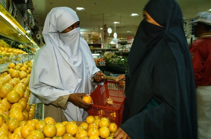 Muslim Women Shopping at Safeway, Image by Catherine Karnow/CORBIS