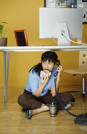 Mangiando sotto la scrivania, Image by © Hill Street Studios/Blend Images/Corbis