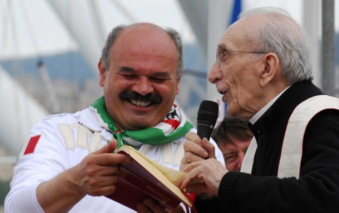 Oscar Farinetti e Don Andrea Gallo al momento della benedizione