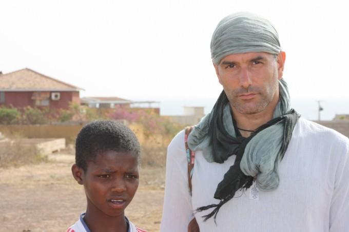 Emiliano Sbaraglia con un bambino di spiaggia a Toubab Dialaw, il villaggio di pescatori a sud di Dakar