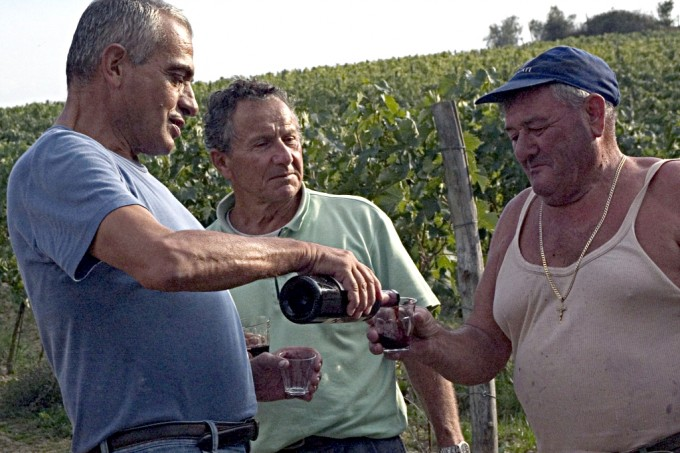 Una bevuta tra contadini