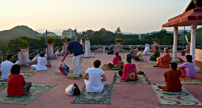 Yoga and pranayama at dawn, India - album di HerryLawford/flickr