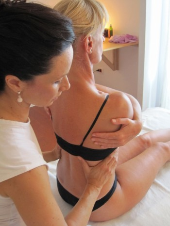 Daniela Chimenti, terapista del metodo Bertelè, mentre esegue un trattamento, nel suo studio di Roma
