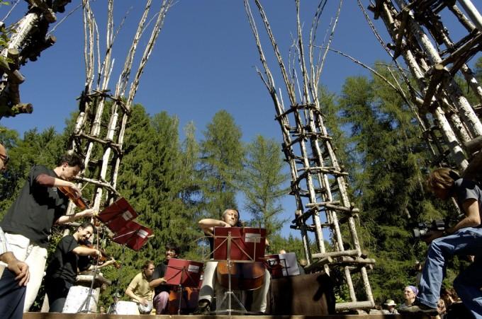 Mario Brunello nella Cattedrale Vegetale di Arte Sella (foto Ronny Kiaulehn)