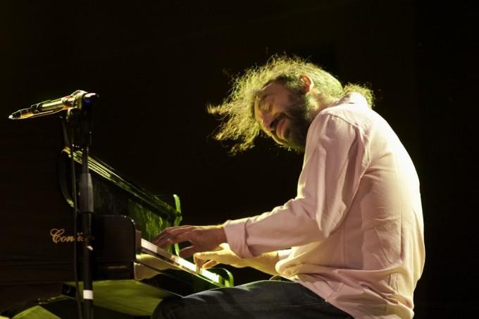 Stefano Bollani mentre si esibisce al Festival Piazza Jazz