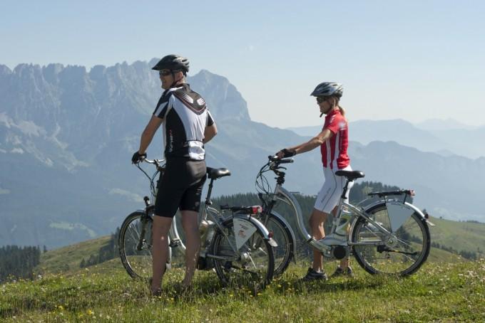 Escursionisti in e-bike in Tirolo