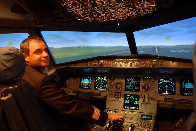 Pilota Alitalia nel simulatore durante il corso Voglia di volare