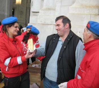 Un momento della distribuzione di panettoni ai senzatetto