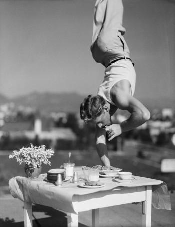 Acrobazia a tavola, Image by © Bettmann/CORBIS