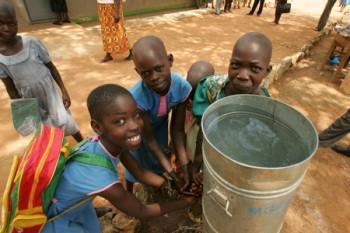 AMREF porta l'acqua: costruisce pozzi e cisterne, protegge sorgenti e promuove la formazione igienico-sanitaria.