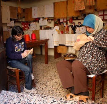 Donne del luogo e immigrate gomito a gomito nella riscoperta di antiche tradizioni artigianali