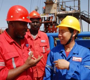 Operatori  in un cantiere per la trivellazione petrolifera in Sudan, in Africa -Image by © Imaginechina/Corbis