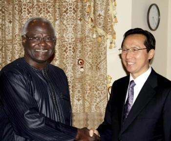Il presidente della Sierra Leone Ernest Bai Koroma (L) incontra Han Changfu, inviato speciale del presidente cinese Hu Jintao a Freetown, Sierra Leone, 26 aprile 2011. -Crediti © Bai Jingshan/Xinhua Press/Corbis