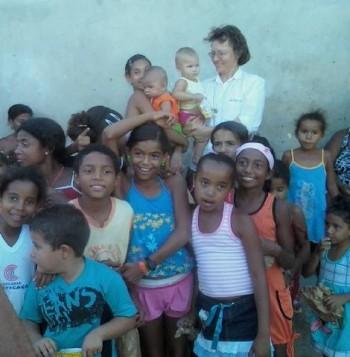 Suor Ivete Holthman , la fondatrice dell'associazione non profit Oasis,  con i bambini di  Aracajú in Brasile, uno dei paesi destinatari della raccolta dei fondi fatta attraverso i corsi di giardinaggio.