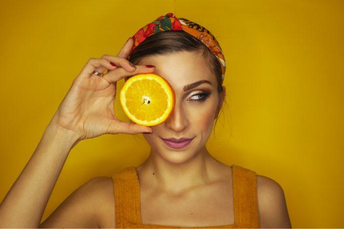 ragazza con arancia