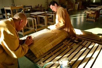 San Patrignano riuso riciclo recupero ragazzi legno lavoro artigianale falegnameria design comunità cantina botti Barrique arredo architetti
