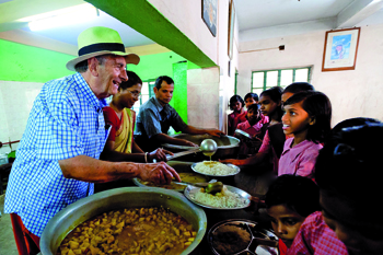 volontari per linfanzia valori Terra povertà no profit Madre Teresa di Calcutta lebbra La città della gioia insegnamento India impegno umanitario Fondazione Dominique Lapierre bidonville