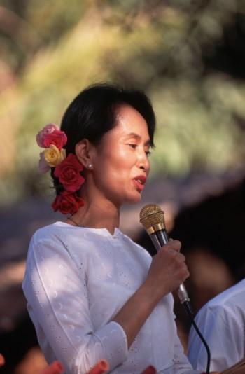 pace non violenza Nobel per la Pace movimento non violento Mahatma Gandhi lotta pacifica Lega Nazionale per la Democrazia difesa diritti umani Birmania Aung San Suu Kyi