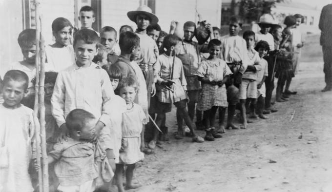 Grecia, bambini rifugiati Armeni vicino ad Atene, 1923/Wikimedia Commons