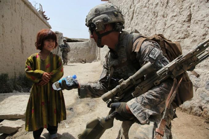 Afghanistan, 29 luglio 2009 - Un soldato delle forze di sicurezza internazionale, porge una bottigletta d'acqua che potrebbe significare quel sedicesimo percento di cui parla Susan Murcott