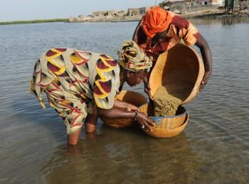 Donne che lavorano il cuscus in mare: ©Paola Viesi