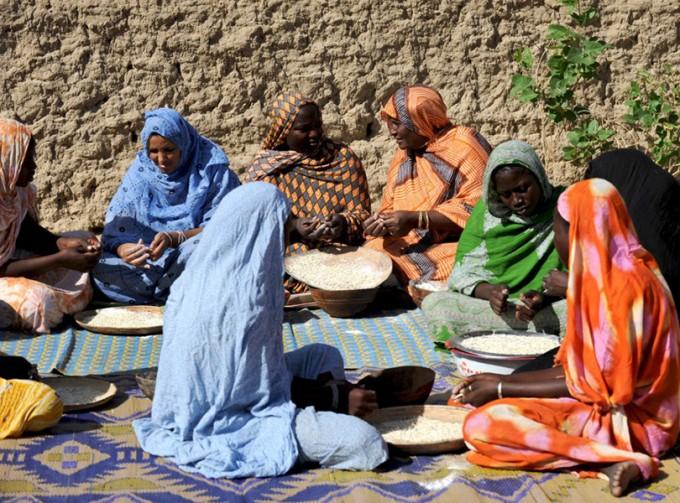 Slow Food e FAO – un abbinamento made in Italy. Le donne in Timbuctú, Mali, durante la produzione della popolare pasta katta: ©Paola Viesi