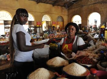 Donna al mercato: ©Paola Viesi