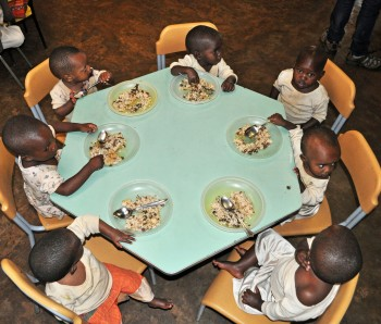 Bambini all'ora del pranzo a Nkuba