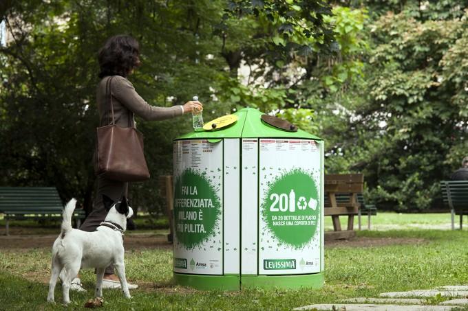La racolta differenziata in un parco di Milano