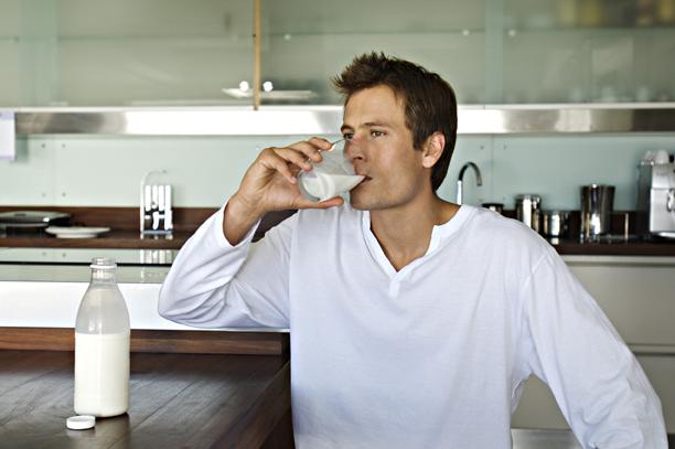 Uomo che beve latte