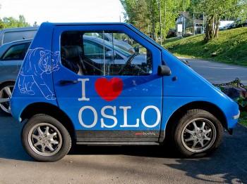 Un'auto elettrica nelle vie di Oslo foto TOMOYOSHI/Flickr