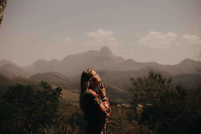 ragazza che medita per combattere l'ansia