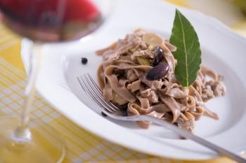 Tagliatelle con farina di carrube, ragù di coniglio olive di kalamata e alloro Foto di Iuri Niccolai
