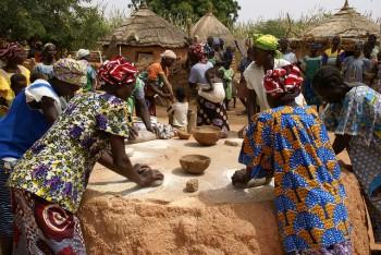 Women kneading millet (Foto Flickr by CIDSE - together for global justice)