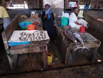 Vendita del pesce a Zanzibar (Foto Flickr by Philip Sheldrake)