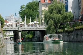 Boat-on-ljubljanica-river-Foto  Ljubljana Tourism M. Budnar