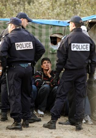 La polizia francese interroga i migranti a Calais Image by Oli Scarff/iStock