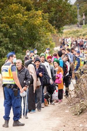 Rifugiati di guerra verso la stazione di Gyekenyes in Ungheria