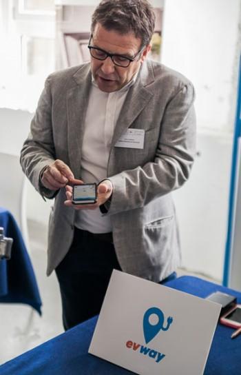 Evway offre la possibilità di svolgere varie funzioni mentre si esegue la ricarica elettrica, Foto: Raphael Monzini