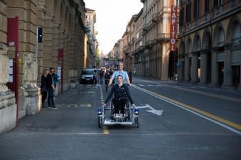 Uno dei mezzi Aspasso in circolazione nel centro di Bologna