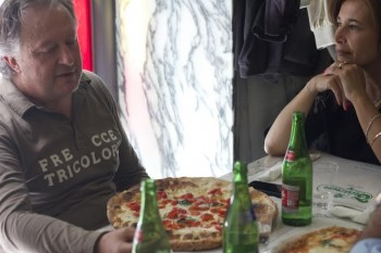 Alfonso De Nicola medico del Calcio Napoli davanti ad una pizza